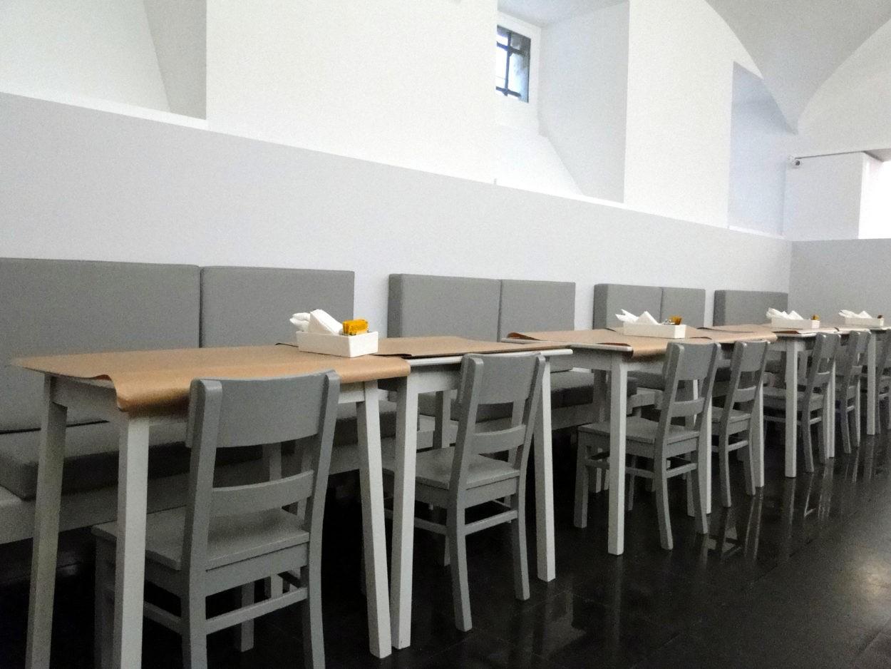 Vista do interior do Restaurante Mar ao Carmo, Largo do Chiado em Lisboa, do espaço de refeições de toda a extensão do banco corrido com almofadas